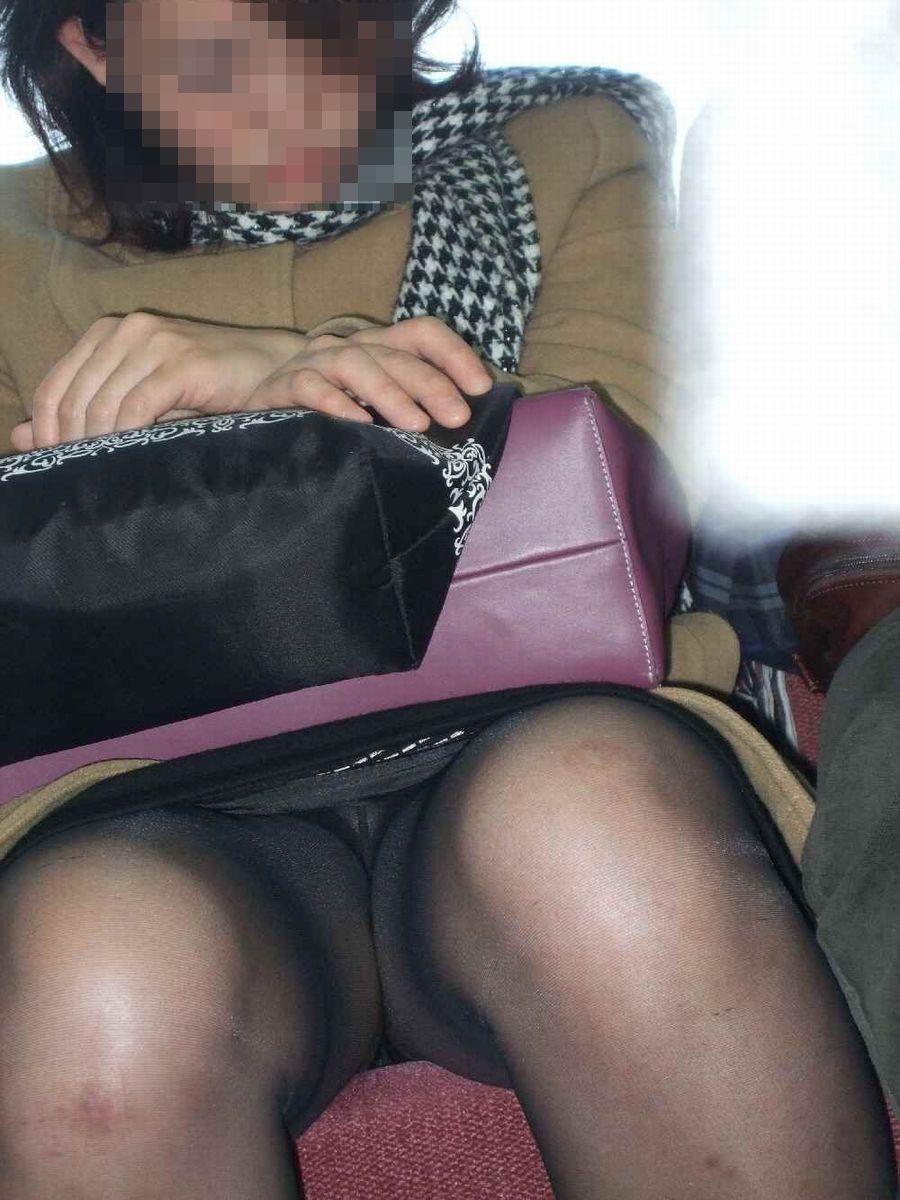 【電車内盗撮エロ画像】OLさんのパンチラが真正面から堂々と覗ける電車内…ムレた股間がぐぅエロwwww その13