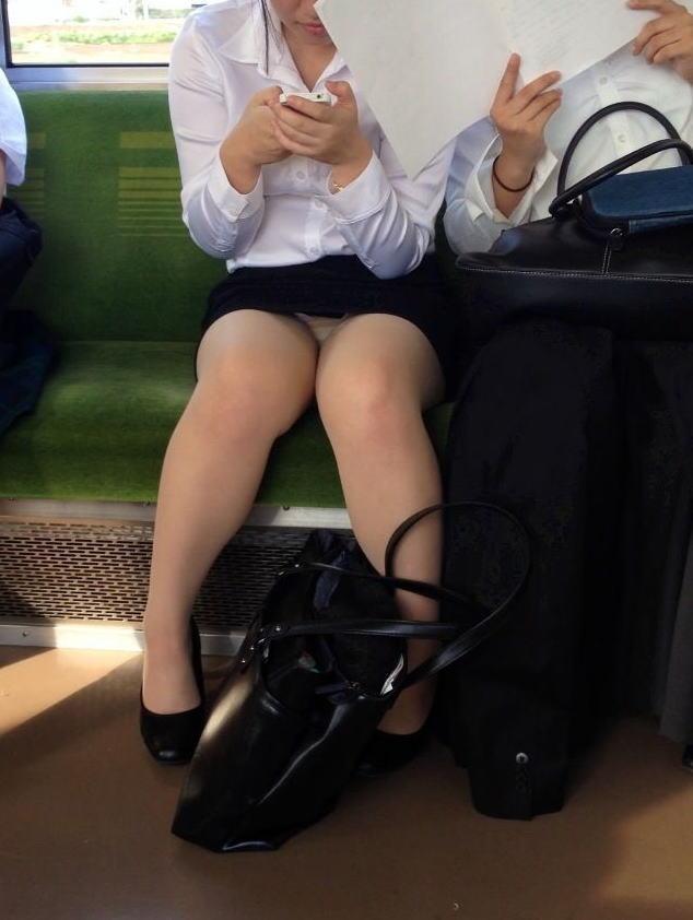 【電車内盗撮エロ画像】OLさんのパンチラが真正面から堂々と覗ける電車内…ムレた股間がぐぅエロwwww その15