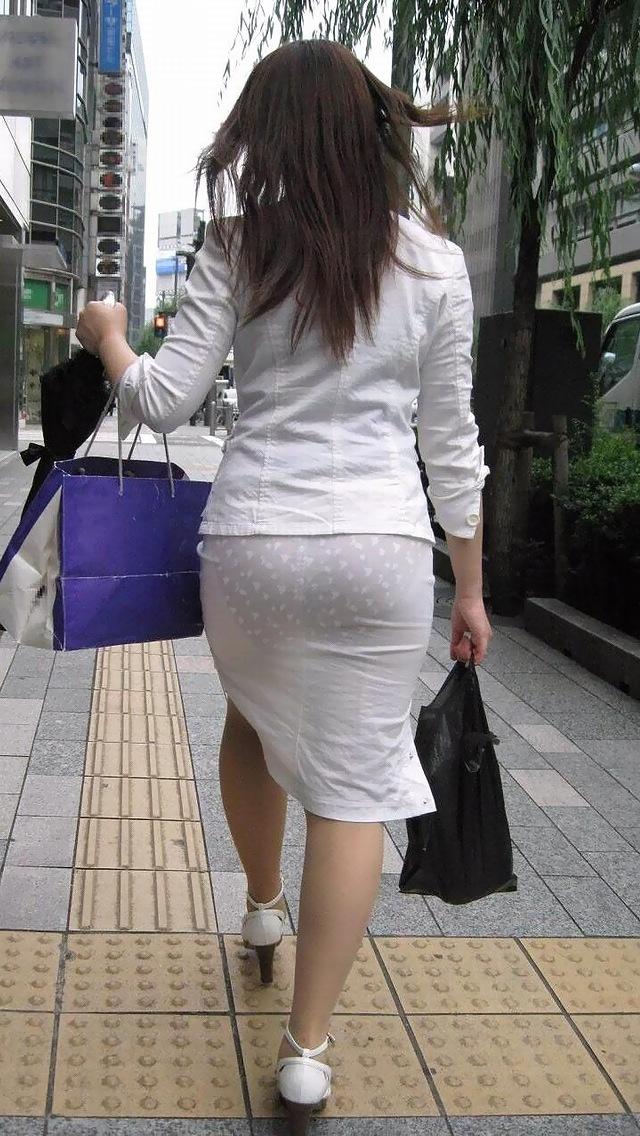 【透けパンエロ画像】パンツもスカートも透け透けwww痴女レベルで下着が透けてるおねーさん多すぎwww その12