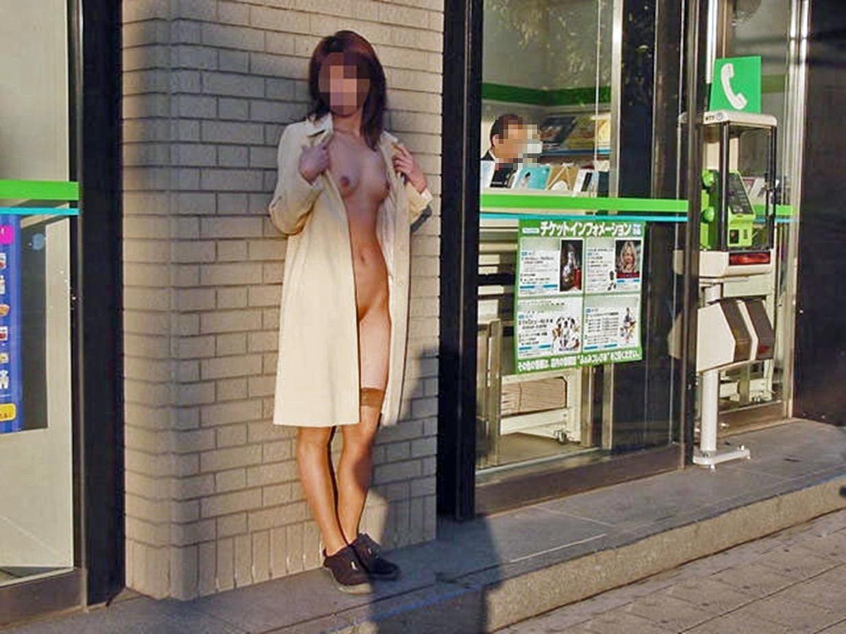 【野外露出エロ画像】他人にバレたらどうしよう…そのスリルが興奮する!すぐ近くに他人がいるところで裸になる露出上級者wwww その8