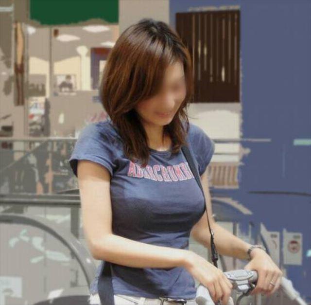 【ノーブラエロ画像】シャツで擦れて乳首ビンビン!生で見るより興奮するノーブラ娘のチクポチ画像! その2