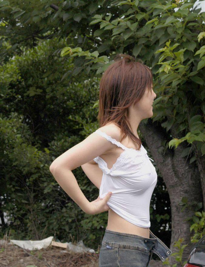 【ノーブラエロ画像】シャツで擦れて乳首ビンビン!生で見るより興奮するノーブラ娘のチクポチ画像! その8