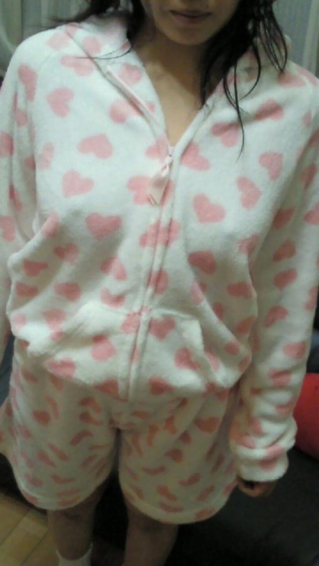 【ノーブラエロ画像】シャツで擦れて乳首ビンビン!生で見るより興奮するノーブラ娘のチクポチ画像! その13