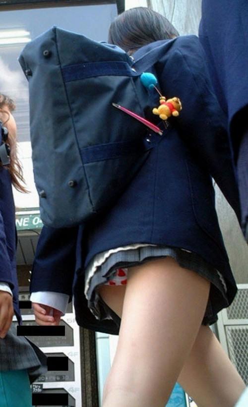 【JKパンチラエロ画像】やはり、女子高生のパンチラはこういう自然に見えちゃってるのがイイ! その2