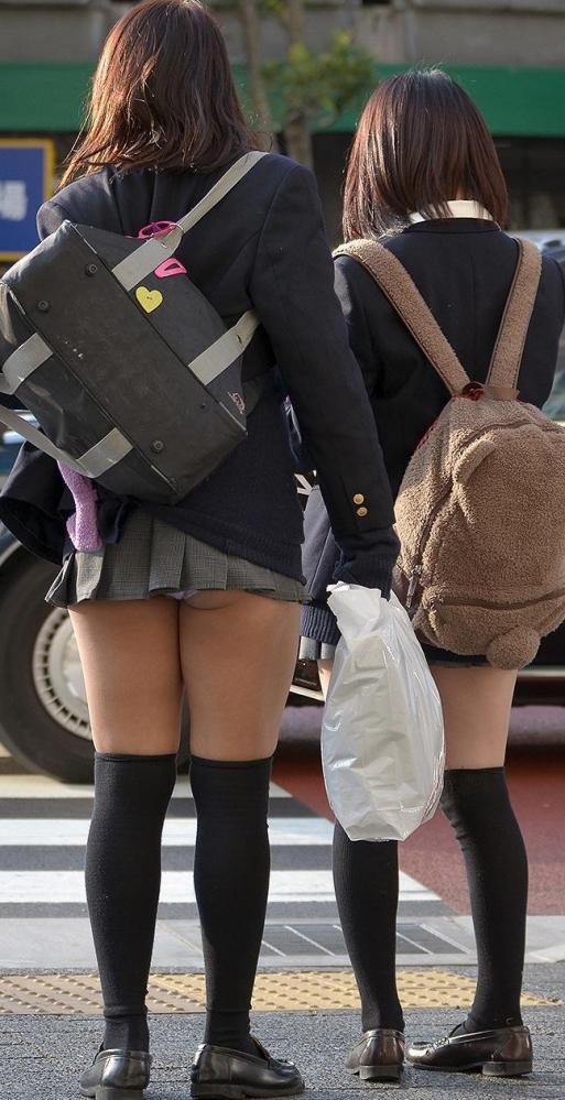 【JKパンチラエロ画像】やはり、女子高生のパンチラはこういう自然に見えちゃってるのがイイ! その5