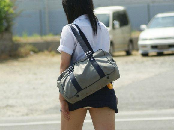【JKパンチラエロ画像】やはり、女子高生のパンチラはこういう自然に見えちゃってるのがイイ! その9