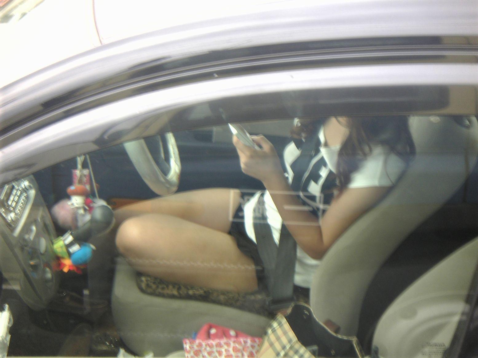 【車内パンチラエロ画像】ミニスカで車の乗ってるおねーさ~ん、バスの乗客やトラックの運ちゃんはパンチラ拝んでまっせぇ~wwww その1