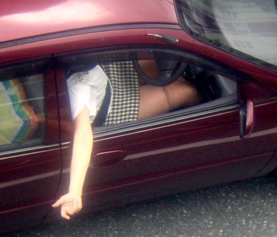 【車内パンチラエロ画像】ミニスカで車の乗ってるおねーさ~ん、バスの乗客やトラックの運ちゃんはパンチラ拝んでまっせぇ~wwww その9
