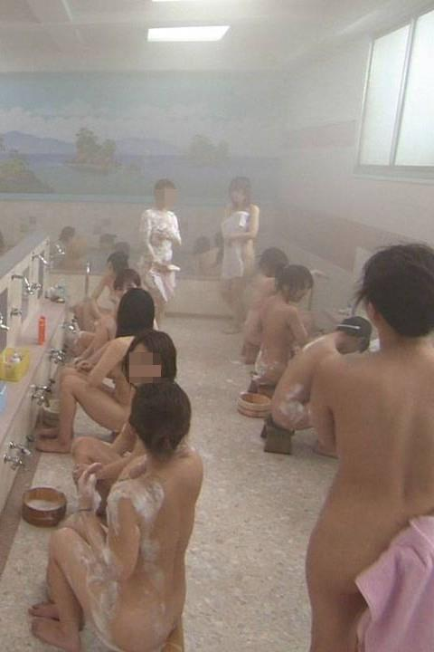 【女湯エロ画像】こんなに堂々と女湯が覗けたらタヒんでも(・∀・)イイ!!銭湯女湯の様子が天国過ぎるだろwww その1