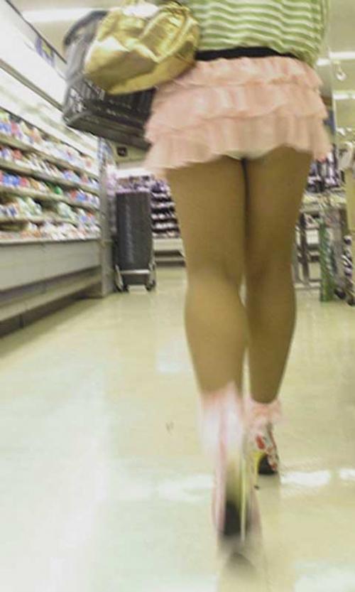 【街撮りミニスカエロ画像】痴女だろコイツ…としか思えない短すぎるスカートで街中を闊歩する素人娘wwww その3