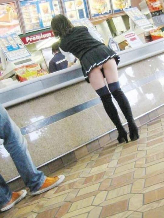 【街撮りミニスカエロ画像】痴女だろコイツ…としか思えない短すぎるスカートで街中を闊歩する素人娘wwww その7