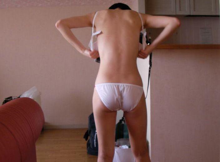 HOTELやお家で彼に撮られた無防備な後ろ姿…女の背中から漂う色気が尋常じゃねーなwwwwwwww
