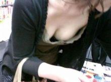 【人妻胸チラエロ画像】主婦にとってスーパーは戦場!胸チラなんてかまってらない!?夕方のスーパーがエ□過ぎてワロタwwww(15枚)
