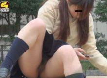 【ノーパンエロ画像】あれ…こいつノーパンじゃね?スカートなのにパンツ履き忘れた素人娘のマンチラ画像wwww