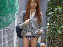 たかがパンチラなのにこの圧倒的な背徳感www女子●生が自分でスカート捲るたくし上げパンチラがヤバいwwww