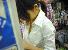 買い物中女子の無防備さは異常wwww胸チラ・パンチラ見放題じゃねーかwwww