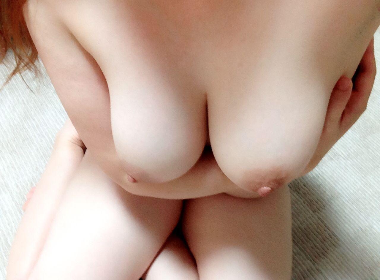 素人娘の柔らかいおっぱいがむにゅっ!寄せて挟んで乳アピールに必至な姿がスケベ過ぎるだろwww