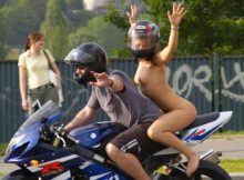 【変態バイカーエロ画像】クレイジー過ぎて笑うしかない海外の露出狂バイカーwwwこれで転倒したら大惨事確定wwww