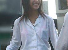 こんなん痴漢ホイホイやろ!?通学路で見かける女子高生の透けブラがエロ過ぎて痴漢不可避wwww