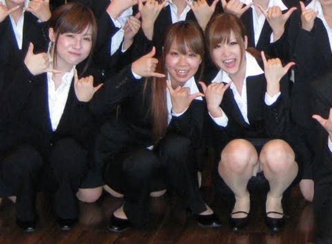 卒業?入社?この季節多いパンツ丸見えがコレ☆リクルートスーツの女子がめっちゃそそるなwwwwwwww