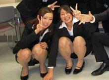 【リクルートスーツエロ画像】新入社員さんかな?初々しさすら感じるリクルートスーツでパ○チラしそうな股間が熱いwwwww(15枚)
