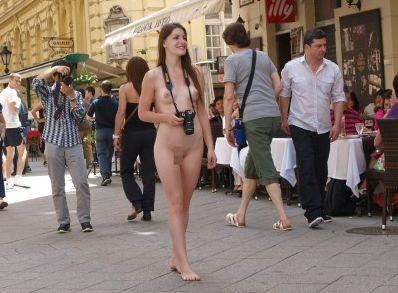 若くて清楚なカネ髪のおねーさんが真っ日中から裸で街中を徘徊…海外の露出狂は次元が違いすぎたwwwwww