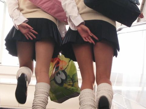 手でスカートを押さえるから余計にエ□いミニスカ小娘のローアングルパ○チラwwwwww