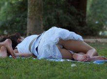 【公園パンチラエロ画像】ゴールデンウィークの予定はこれで決まり!?公園の芝の上はパンチラだらけwwww
