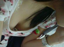 【胸チラエロ画像】ホント今の季節、女の子胸元緩すぎじゃねwww電車内で見つけた胸チラがガバガバ!