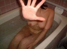 """<span class=""""title"""">彼氏がスケベだとお風呂ものんびりはいれない!?無防備な全裸をネットにばら撒かれる素人のお風呂エロ画像</span>"""