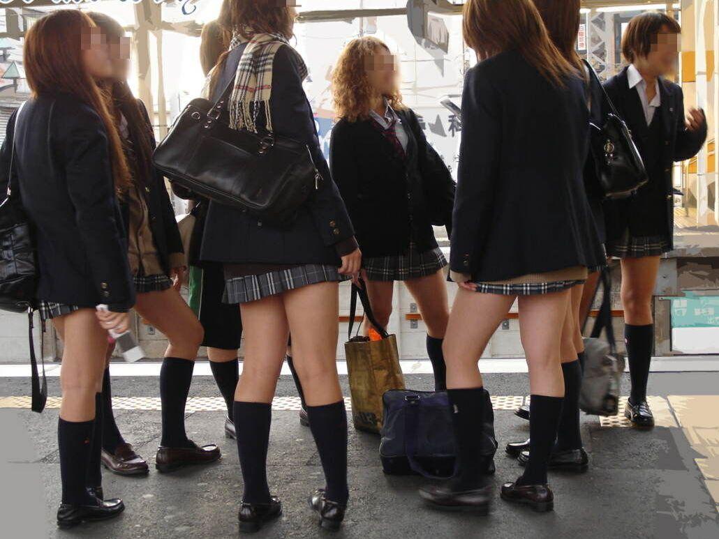 すぐに親友とつるむ女子●生の集団登学校帰りwwwwwwピチピチの太ももがよりどりみどりだぜぇwwwwww