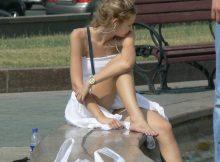 【外国人パンチラエロ画像】海外の街中で遭遇した素人外国人の天然パンチラがエロ可愛すぎて勃起不可避wwww