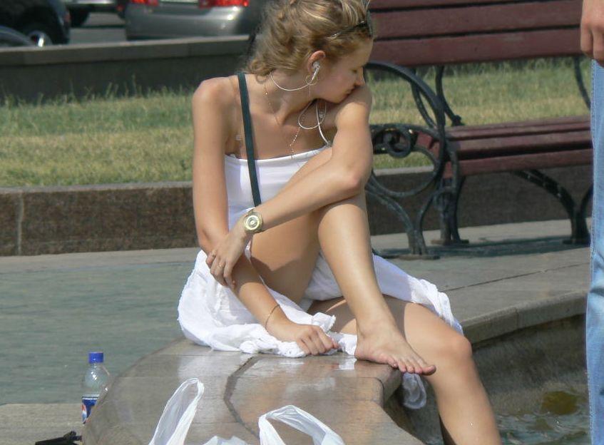 海外の街中で遭遇したシロウト外国人の天然物物パンツ丸見えがえろカワイすぎてボッキ不可避wwwwwwww