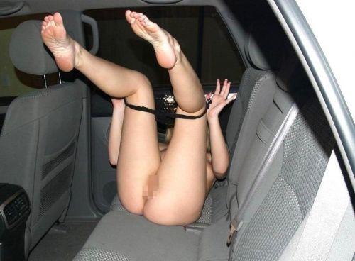 狭い車内で乳繰り合うシロウトカップルのガチなカーSEXが超エロ☆下品な発情がめっさヌけるwwwwwwww