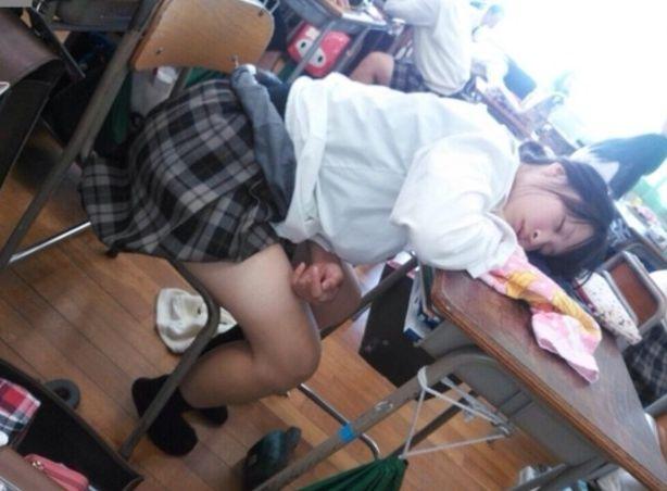 放課後や休み時間…学校内で撮られたすけべな女子●生のおふざけえろ写真wwwwww