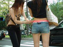 【街撮りエロ画像】腰パン娘の卑猥なパンチラが痴女レベルな件wwwww