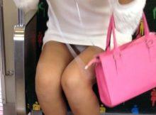 【電車内盗撮エロ画像】ここまでパンチラしてて本人は自覚なし!?電車内がガチでカオスなんですがwww