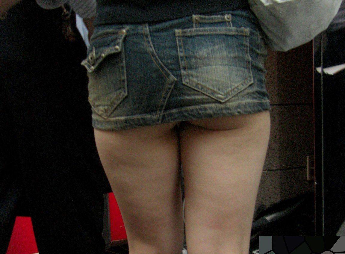 スカートが短すぎて見えちゃいけないものがチラチラ…ワカメチャン状態のおねーさんwww