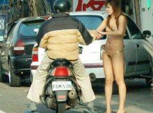 【 痴女 】台湾のビンロウ売りって過激で有名だけど…普通にマ○毛も見えてんじゃんwwww(15枚)