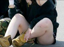 【しゃがみパンチラ】街中で無防備にも晒された素人娘の股間…しゃがんだ女の子のパンチラがぐぅエロ