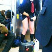 こんなパンチラに遭遇したら思わずテンションあがる通学中の女子●生の股間