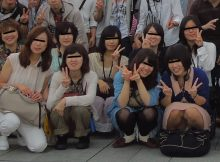 【集合パンチラエロ画像】撮る前に、パンチラ気づいても、教えない集合写真wwwww