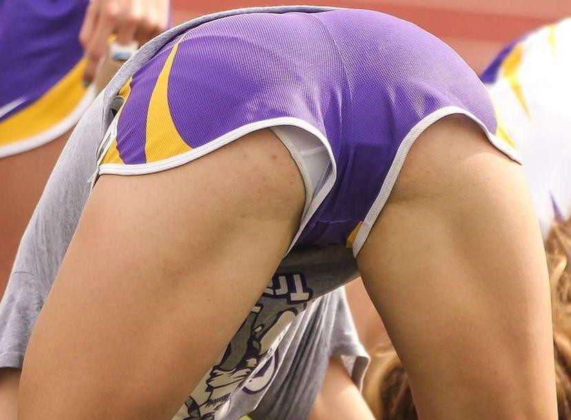 【アンスコエロ画像】ユニホームの隙間からチラリと見えるアンスコがぐぅシコ!女子アスリートのハプニングエロ画像