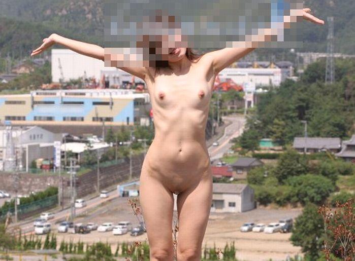 (外露出えろ写真)生まれたままの姿でテンションあげあげ~☆外ではしゃぐ裸小娘wwwwwwwwww