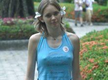 【ノーブラエロ画像】ノーブラ派が多すぎて街中で乳首くっきり浮き出てても見向きもされない痴女だらけの海外www