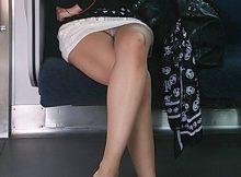 【電車内盗撮エロ画像】電車の中なのに…足組みしてるOLさんの美脚がチンポを誘ってるようにしか見えないwww