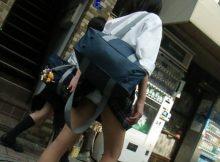 【パンチラエロ画像】カバンにスカートが引っかかってパンツ見えてる女の子…街中で結構見かけるけど誰も教えてあげないの?