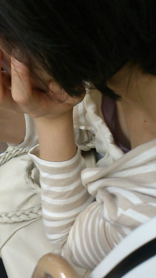 【貧乳胸チラエ□画像】貧乳ちゃんゆえにやらかしてしまった胸チラ…このきわどい胸元がめっさ興奮するwww