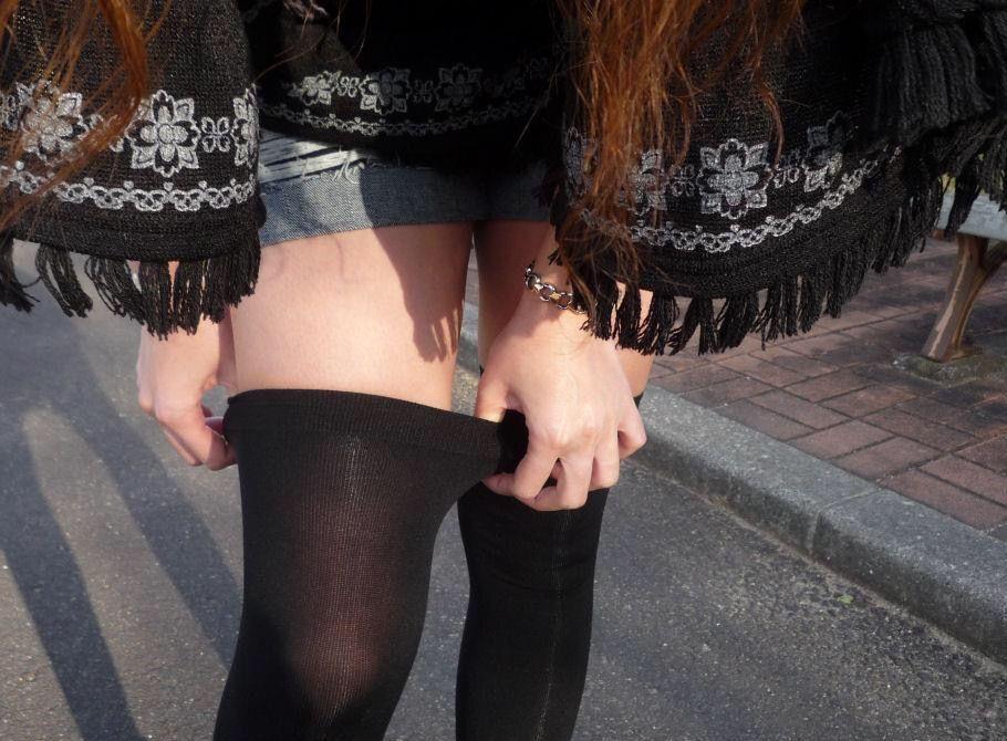 (街撮りニーソえろ写真)ええやん、ええやん☆☆寒くても僅かに露出される太もも…冬のニーソ小娘が超そそるwwwwww