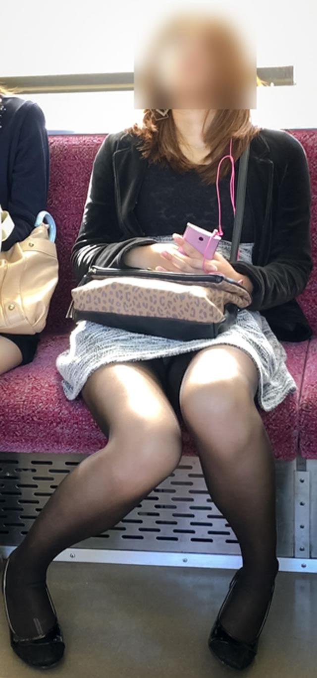 この臨場感溢れるパンチラはガチ!電車内で撮られた素人娘の無防備な股間wwww